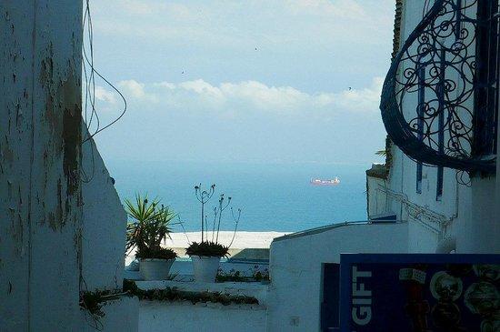 Centro storico: Sidi Bou Said: Tunisia: scorcio sul mare