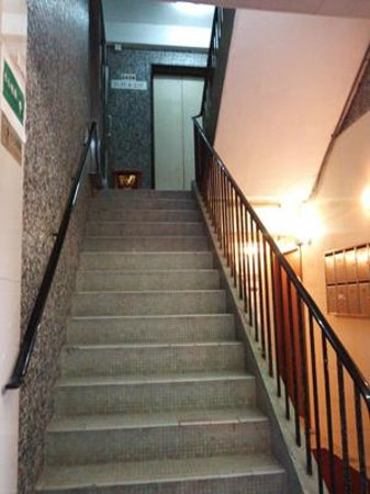 Comfort Lodge Hong Kong: 上がった左側がフロント