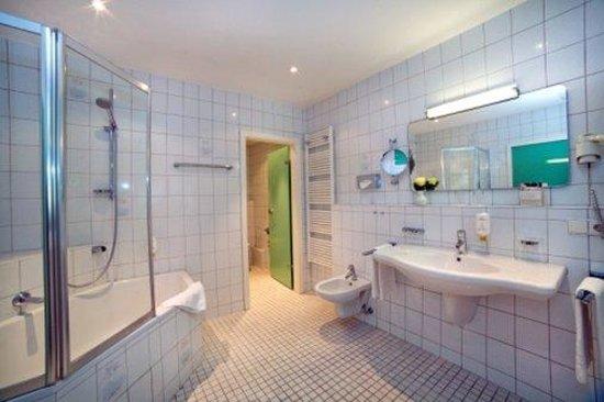 Stadthotel Freiburg Kolping Hotels und Resorts: TOP KHR Stadthotel Freiburg_Bath Double Room XL