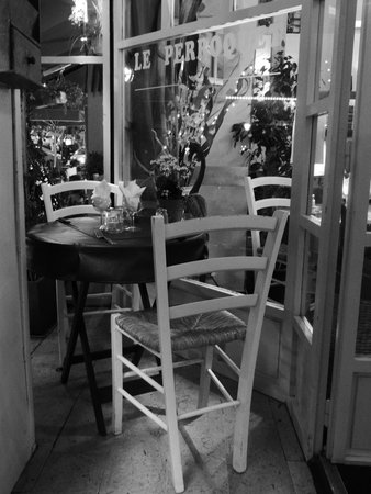 Le Perroquet: Table for two
