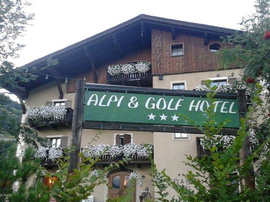 Hotel Alpi & Golf: facciata