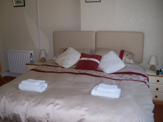 Keepers Cottage: super king bed