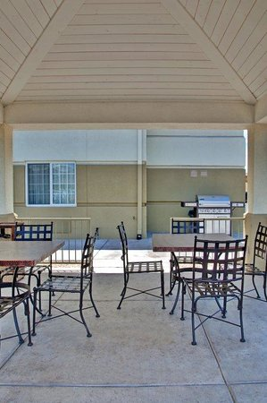 Candlewood Suites Nogales: Gazebo and Barbecue Area