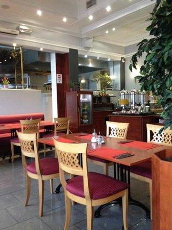 Univers Hotel & Brasserie : breakfast room
