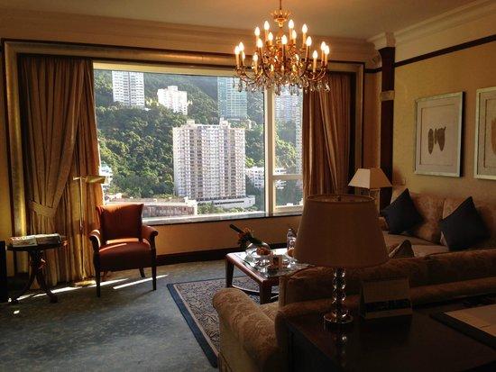 Island Shangri-La Hong Kong: living room area