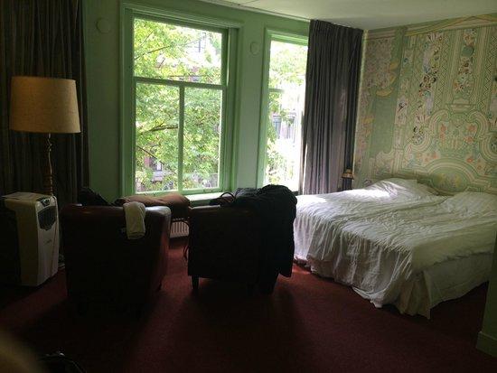 't Hotel : Quarto espaçoso, vista de frente
