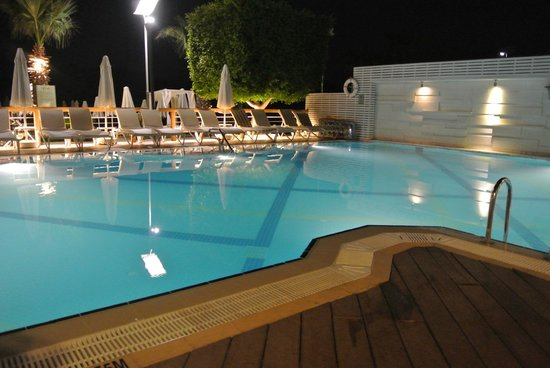 Hotel Cettia Beach Resort: pool at night