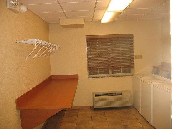 Candlewood Suites Lexington : Guest Laundry - Open 24 hours