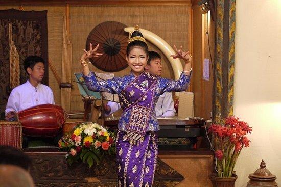 Kualao Restaurant : 踊り子さん
