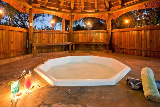 Boulders Lodge & Spa: Garden jacuzzi