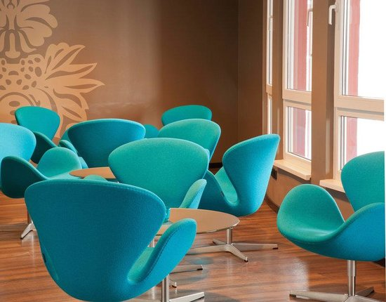 Motel One Berlin Mitte: Motel One Berlin-Mitte Swan Chairs