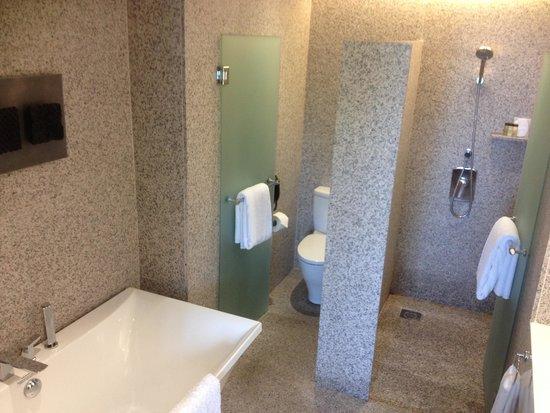 Le Meridien Singapore, Sentosa : 広い浴室