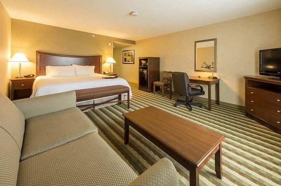 Hampton Inn Presque Isle: King Room with Sofa,  Fridge & Microwave