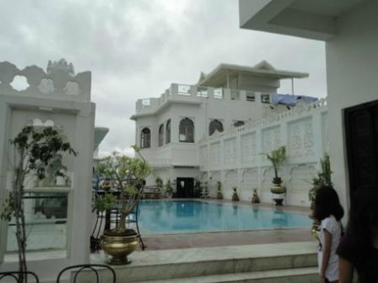 Hotel Udai Kothi: Rooftop restaurant and pool