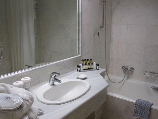 Pilot Beach Resort : Belle salle de bains avec nécessaire de toilette