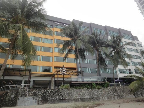 Four Points by Sheraton Penang : The hotel from the beach