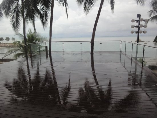Four Points by Sheraton Penang : The sea deck in the hotel