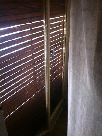 B&B Residenza Sveva : La serranda non si chiude fino in fondo (troppa luce al mattino)