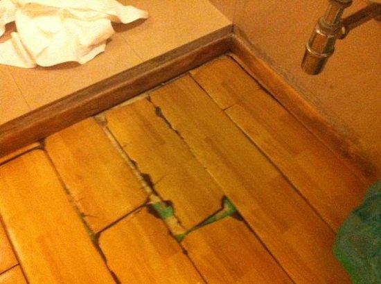 B&B Residenza Sveva : Pavimento sotto il lavandino molto danneggiato
