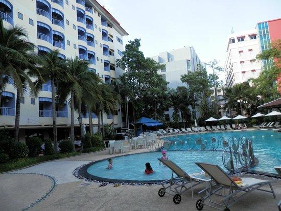 Mercure Pattaya Hotel: プールとホテルの建物、部屋はプール側と海側がありどちらもそれなりで優劣はありません。
