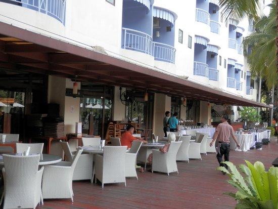 Mercure Pattaya Hotel : 朝食はプールサイドで食べられます。