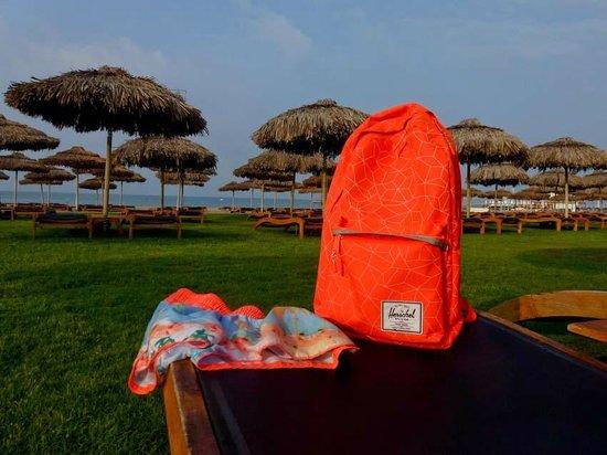 Maxx Royal Belek Golf Resort: Wiese zwischen Strand und Poolbar