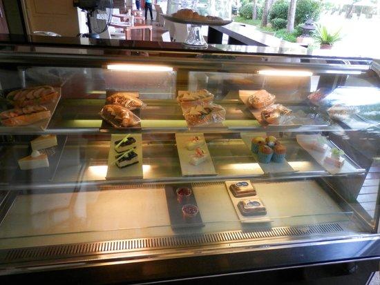 Mercure Pattaya Hotel : レストランのサンドイッチやスイーツ