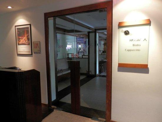 Mercure Pattaya Hotel : レストラン入り口、朝食はココで、プールサイドのテラス席もあり