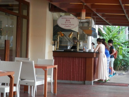 Mercure Pattaya Hotel : 朝食のブッフェにはオムレツやヌードルを作ってくれるバーがあります。