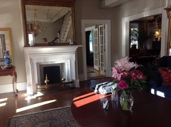 Carriage House Inn: Charming foyer