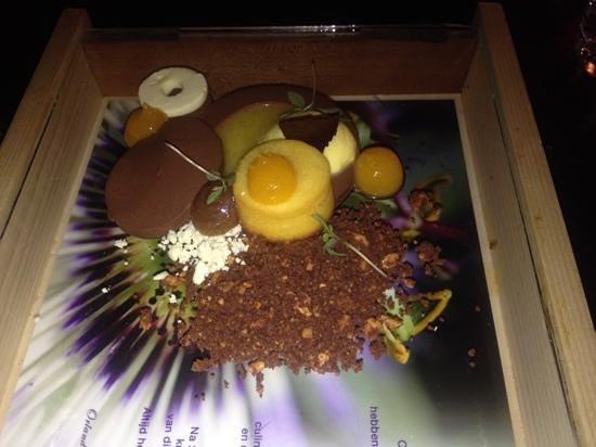 Singel 101 Restaurant: De 8ste gang, we werden extra verwend met 3 desserts, en wat een originele presentatie!