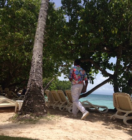 Luxury Bahia Principe Cayo Levantado: Beach waiter