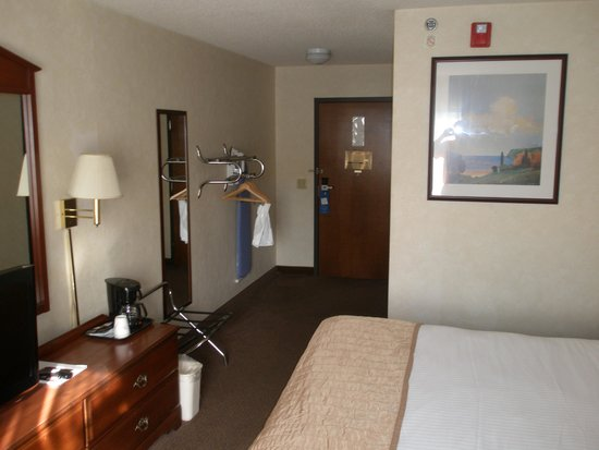 Baymont Inn & Suites Louisville South I 65: Room