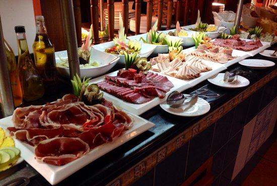 Memories Paraiso Beach Resort : Grosse variétés de viandes froides !