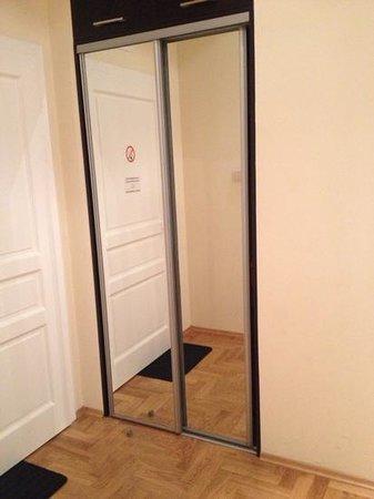 Venetian House Aparthotel: mirrors nice touch