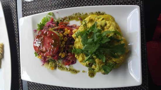 Café Do Museu : Insalata di pollo al curry con ananas e uvette, contorno di insalata mista