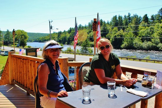 Hawk's Nest Restaurant & Pub: DECK SEATING OVER THE RIVER