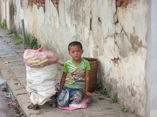 Old Quarter Luang Prabang : カメラに向いてポーズをとってくれた少年。