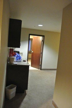 Holiday Inn Express Crystal River: Vorraum mit Küchenzeile (Suite) / Eingang Badzimmer