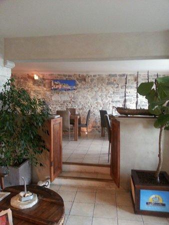 Hotel La Caravelle : Entrée et salle du petit déjeuner: trés agréable.