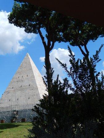 piramide cestia - veduta dal cimitero acattolico 5