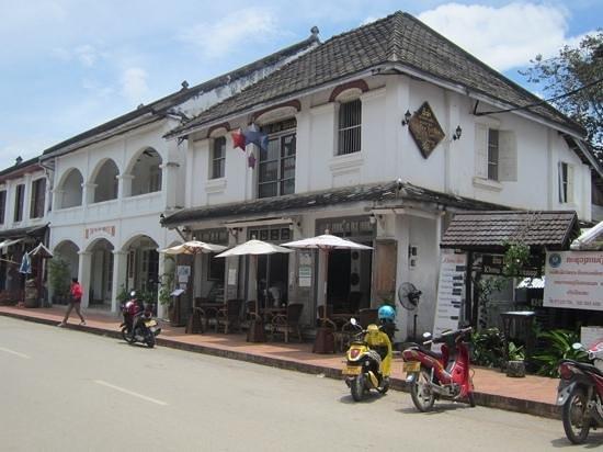 Bistro & Cafe Ban Vat Sene : メインストリートに面したオープンカフェ
