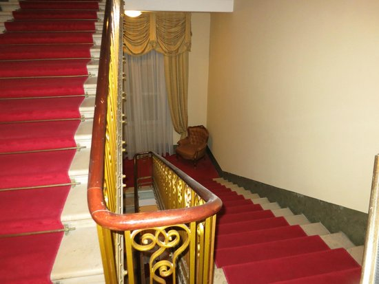 Palace Hotel: Stairwell with leather chair