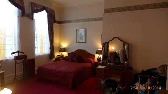 The County Hotel Napier : bedroom