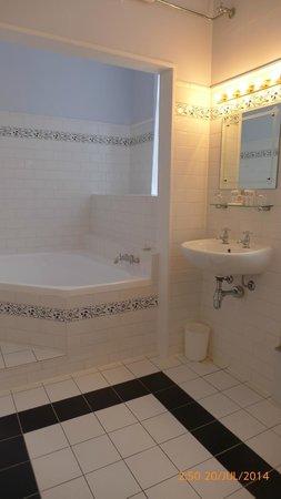 The County Hotel Napier : bathroom