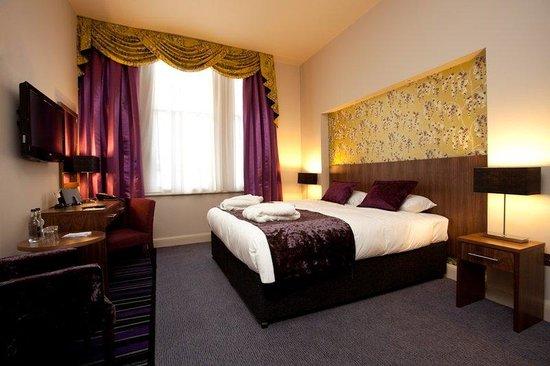 Heywood House Hotel: Plush Bedroom