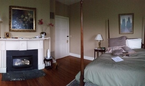 The Inn at Vaucluse Spring: Entryway, fireplace, and bed