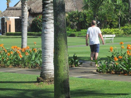 Sugar Beach Golf & Spa Resort: Walking back to the room