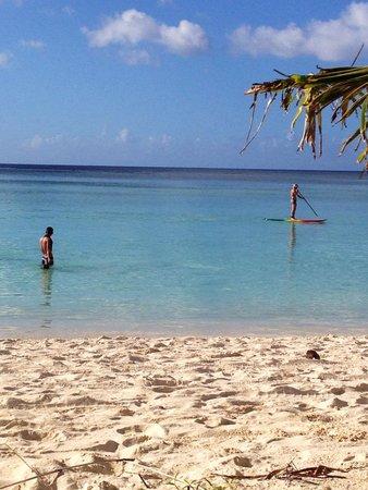 Pacific Bay Hotel: ホテルから歩いて5分程のビーチです。
