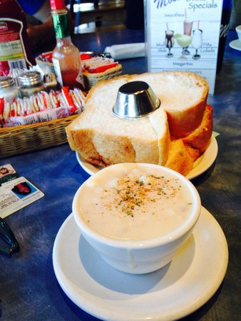 Mo's Restaurant: Clam chowder and homemade bread!